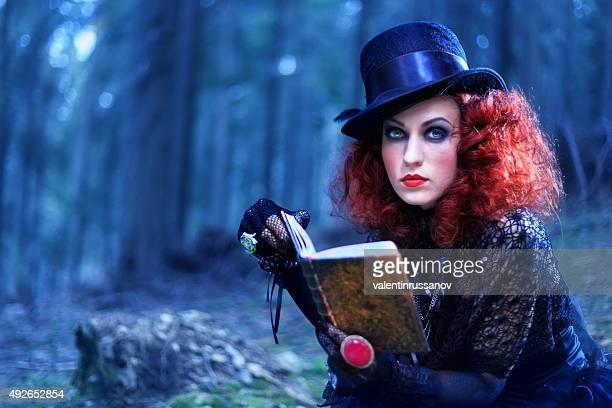 Bruja en el bosque. Halloween tema