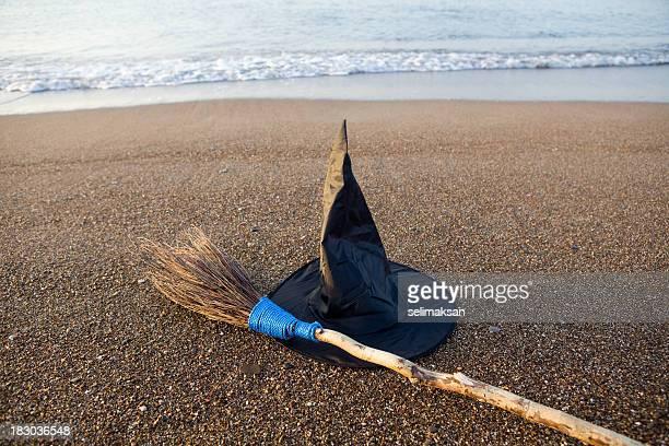 魔女の帽子とブラシで Vawes ビーチの砂海