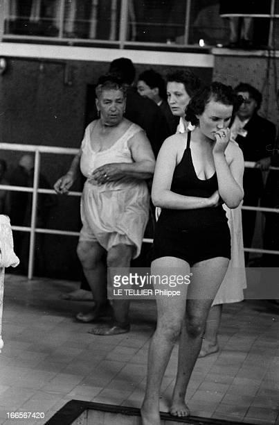 Witnesses Of Jehovah En France le 6 août 1955 dans l'enceinte d'une piscine lors d'une assemblée des Témoins de Jéhovah à l'occasion de baptêmes par...