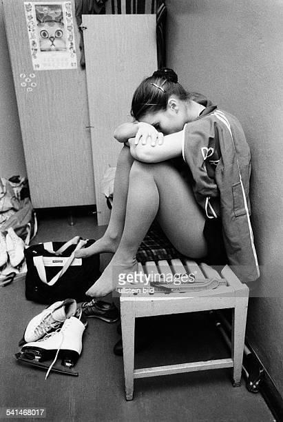 Witt Katarina *Eiskunstlaeuferin DDR erschoepft im Umkleideraum waehrend der Europameisterschaften in Kopenhagen 1986
