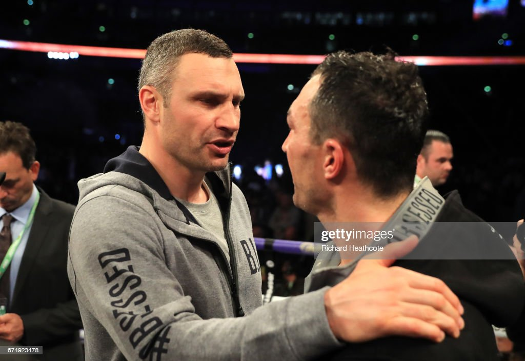 wladimir-klitschko-speaks-with-his-broth