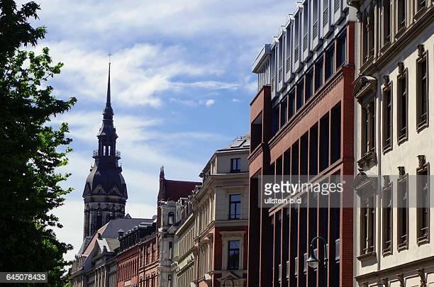 Wohn und Geschäftshäuser in der Löhrstraße in Leipzig aufgenommen am Im Hintergrund die Spitze der Evangelisch Reformierten Kirche