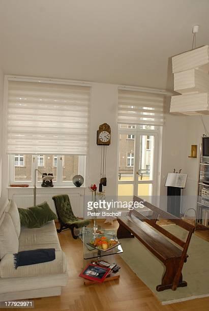 Wohnzimmer von Gunnar Möller Ehefrau Christiane Hammacher Homestory Berlin Deutschland Europa Ehemann Sofa HolzBank Balkon PendelUhr BlumenStrauß...