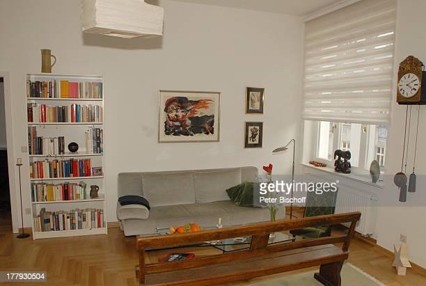 Wohnzimmer von Gunnar Möller Ehefrau Christiane Hammacher Homestory Berlin Deutschland Europa Ehemann Sofa HolzBank BücherRegal PendelUhr...
