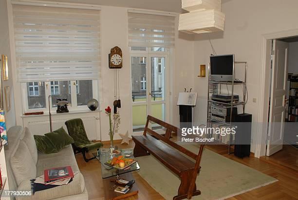 Wohnzimmer von Gunnar Möller Ehefrau Christiane Hammacher Homestory Berlin Deutschland Europa Ehemann Sofa HolzBank HiFiTVRegal Balkon PendelUhr...