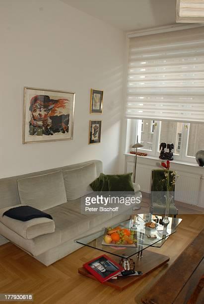 Wohnzimmer von Gunnar Möller Ehefrau Christiane Hammacher Homestory Berlin Deutschland Europa Ehemann Sofa HolzBank PendelUhr BlumenStrauß ObstSchale...