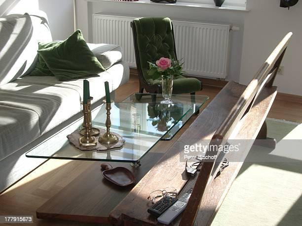 Wohnzimmer von Gunnar Möller und Christiane Hammacher Homestory Prenzlauer Berg Berlin Deutschland Europa Sofa Couch HolzBank Sessel Kerzen...