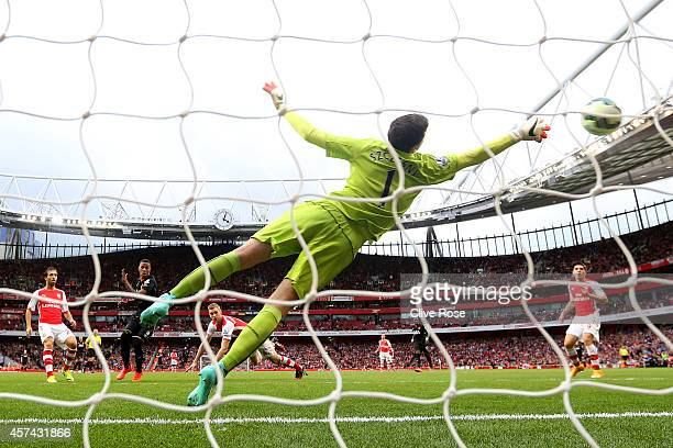 Wojciech Szczesny of Arsenal dives in vain as Abel Hernandez of Hull City scores his team's second goal during the Barclays Premier League match...