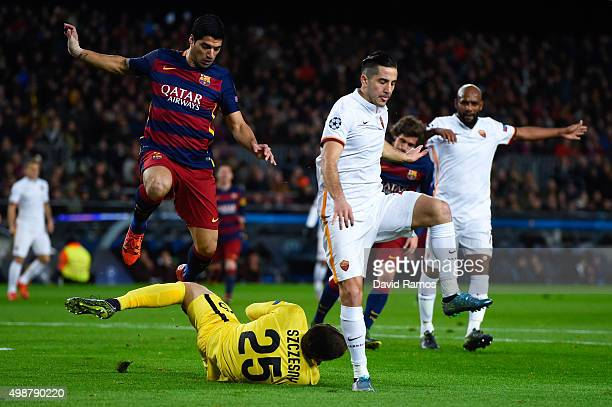 Wojciech Szczesny of AS Roma blocks the ball under a challenge by Luis Suarez of FC Barcelona during the UEFA Champions League Group E match between...