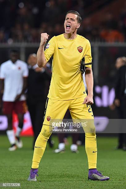 Wojciech Szczesny of AS Roma celebrates victory at the end of the Serie A match between Genoa CFC and AS Roma at Stadio Luigi Ferraris on May 2 2016...