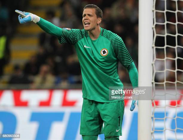 Wojciech Szczesny of AS Roma directs his defense during the Serie A match between AC Milan and AS Roma at Stadio Giuseppe Meazza on May 7 2017 in...