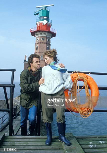 Wolf Roth Susanne Uhlen ZDFSerie 'Das Erbe der Guldenburgs' Folge 15 'Die heimliche Hochzeit' Cuxhaven Deutschland Europa Meer Leuchtturm Geländer...