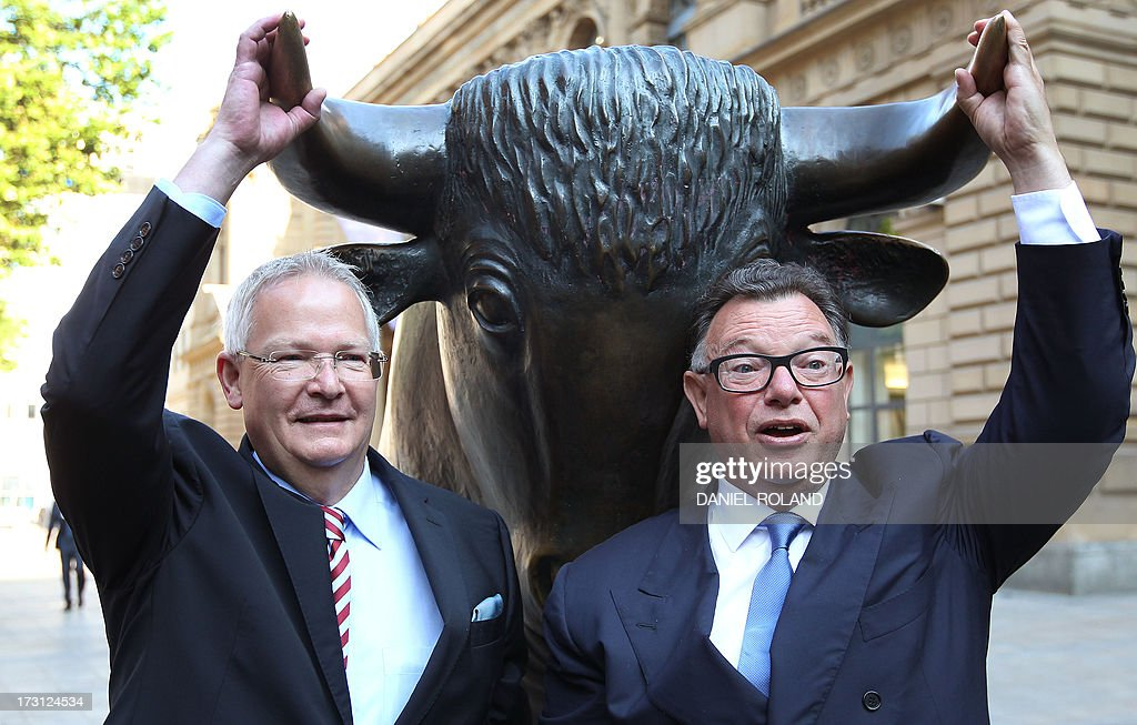 Wolfgang Dehen, CEO of German light company OSRAM (L) is seen with CEO Reto Francioni of the Deutsche Boerse prior to the company's stock market launch in front of the stock exchange in Frankfurt, Germany, July 8, 2013. AFP PHOTO / DANIEL ROLAND
