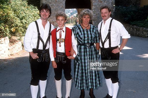 'Wolfgang Edenharder und Willi Seitz mit Stefan Mross und Mutter Stephanie Mross am in Burglengenfeld bei Regensburg Deutschland '