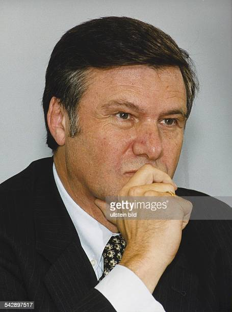 Wolfgang Gerhardt Vorsitzender der FDP mit nachdenklichem Gesichtsausdruck Er stützt das Kinn auf seine Hand Aufgenommen Dezember 1999