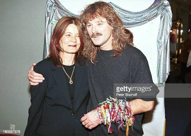 Wolfgang Petry Ehefrau Rosie ARDShow'Die Goldene Stimmgabel 2000'FriedrichEbertHalle LudwigshafenFreundschaftsbänder
