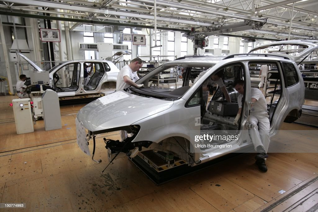 GERMANY, Wolfsburg, Car production at Volkswagen AG, Our picture shows: Assembly work on the VW Touran.
