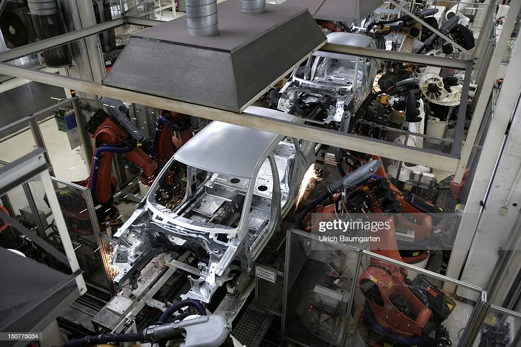 GERMANY, Wolfsburg, Car production at Volkswagen AG, Our picture shows: Robots for welding work.