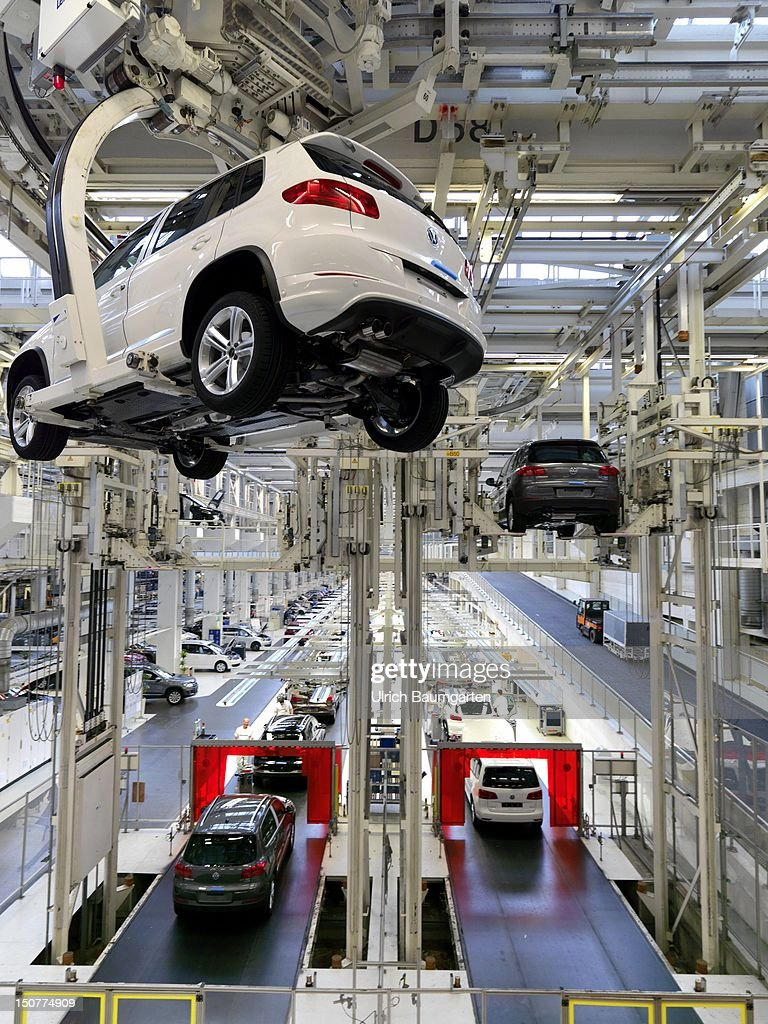 GERMANY, Wolfsburg, Car production at Volkswagen AG, Our picture shows: VW Tiguan, before the final bottom.