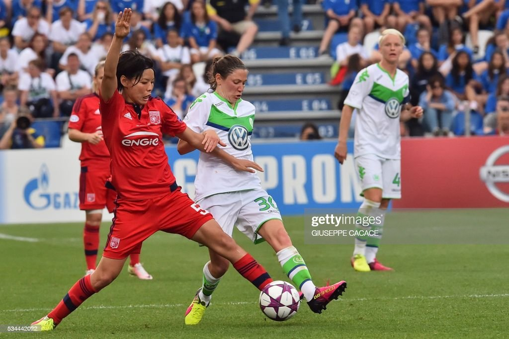 Wolfsburg's midfielder from France Elise Bussaglia (R) fights for the ball with Olympique Lyonnais' defender from Japan Saki Kumagai during the UEFA Women's Champions League Final football match VFL Wolfsburg vs Lyon at the Citta del Tricolore stadium in Reggio Emilia on May 26, 2016. / AFP / GIUSEPPE