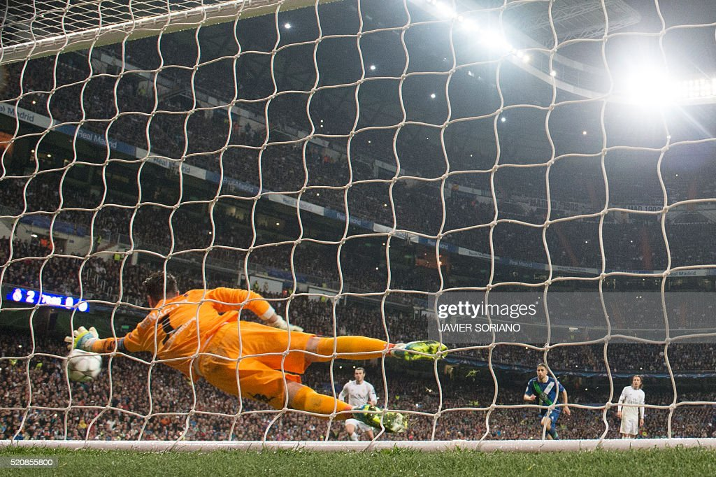 Wolfsburg's Swiss goalkeeper Diego Benaglio tries to stop a ball kicked Real Madrid's Portuguese forward Cristiano Ronaldo the Champions League quarter-final second leg football match Real Madrid vs Wolfsburg at Santiago Bernabeu stadium in Madrid on April 12, 2016. / AFP / JAVIER