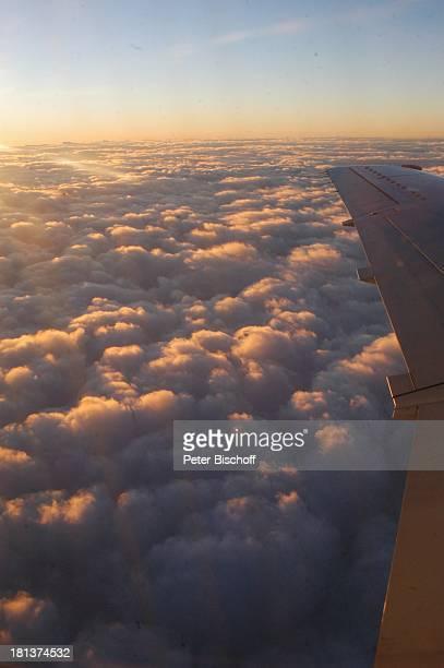 Wolken und Himmel bei Flug Paris Bremen Europa Flugzeug Flügel Reise