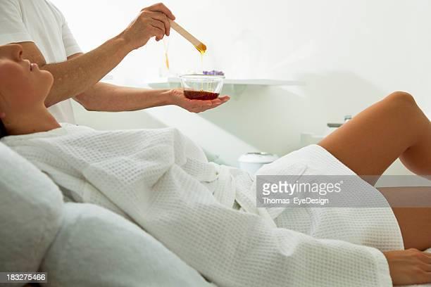Mujer sobre para recibir un tratamiento de tratamiento con cera