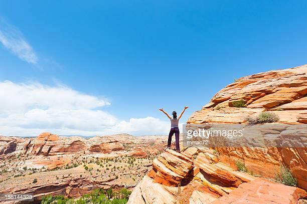Frau gegen spektakulären Desertic Lanscape