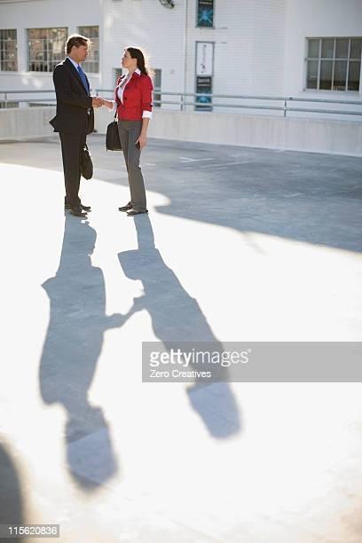 Donna e un uomo in un parcheggio