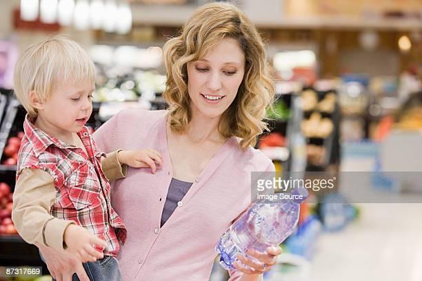 Mujer y bebé en supermercado