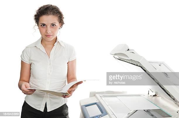 Frau und Drucker, isoliert auf weiss
