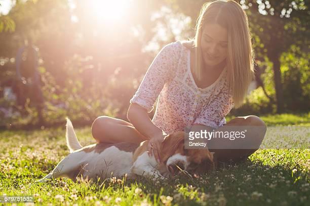 Mulher e cão.