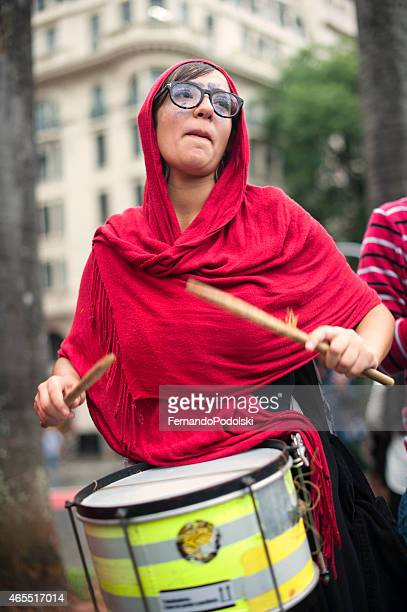 Mulher e tambores