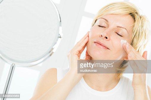 Frau und Gesichtsbehandlung. : Stock-Foto
