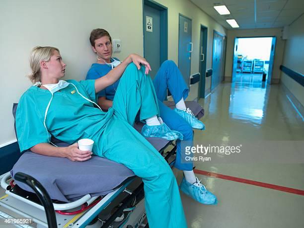 Femme et Homme dans des gommages relaxant dans hospital