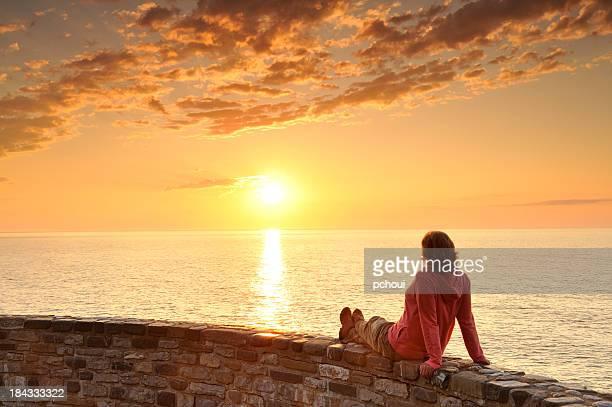 Mulher e nascer do sol