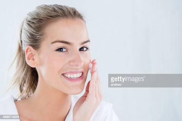Mujer aplicar crema