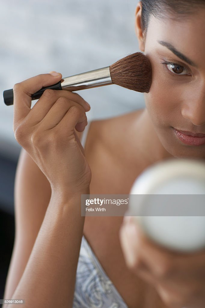 Woman applying make-up : Stock-Foto