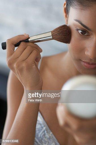 Woman applying make-up : Stock-Foto