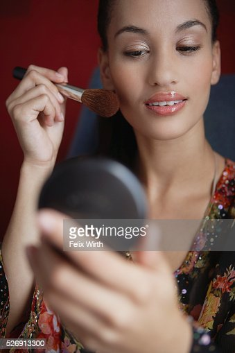 Woman applying make-up : Foto de stock