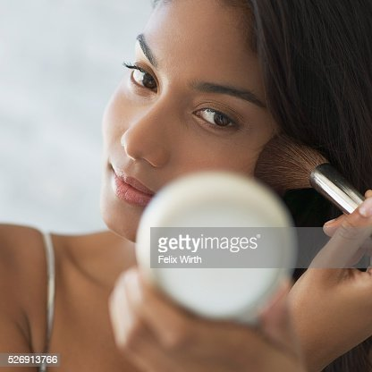 Woman applying make-up : ストックフォト