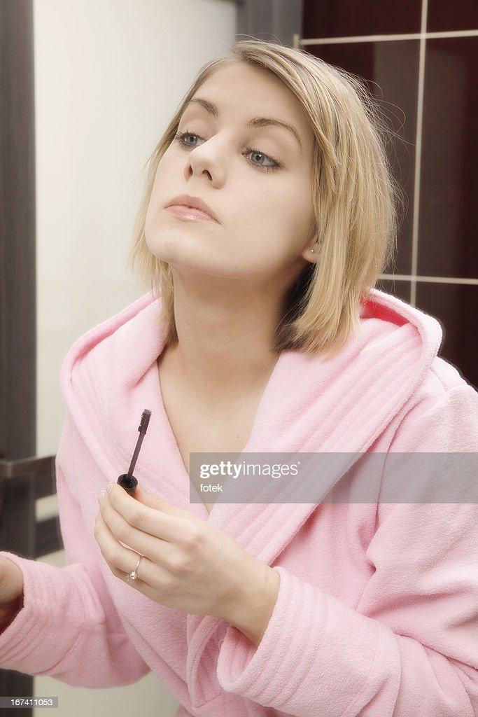 Donna applicando il mascara sulle ciglia : Foto stock