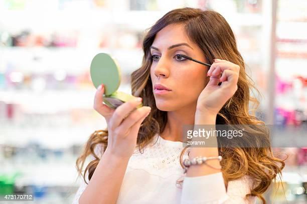 Donna applicando il mascara