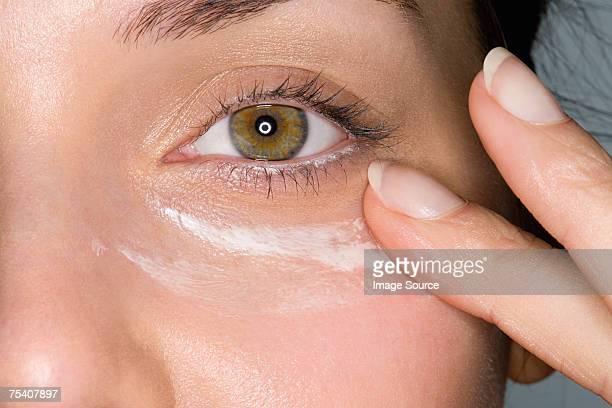 Frau Anwendung Feuchtigkeitscreme