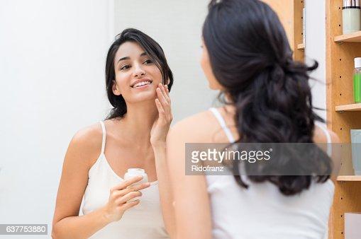 女性は保湿剤  : ストックフォト