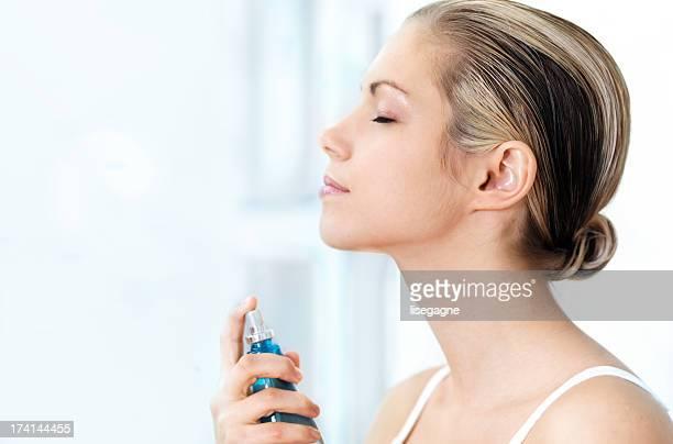 Femme appliquant du parfum