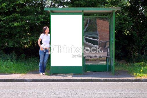 femme larr t de bus blanc panneau daffichage photo thinkstock. Black Bedroom Furniture Sets. Home Design Ideas