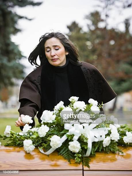 Femme sur un enterrement dans un cimetière