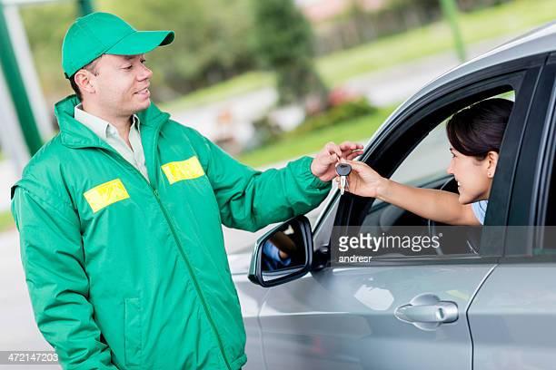 Mulher em um Posto de Gasolina