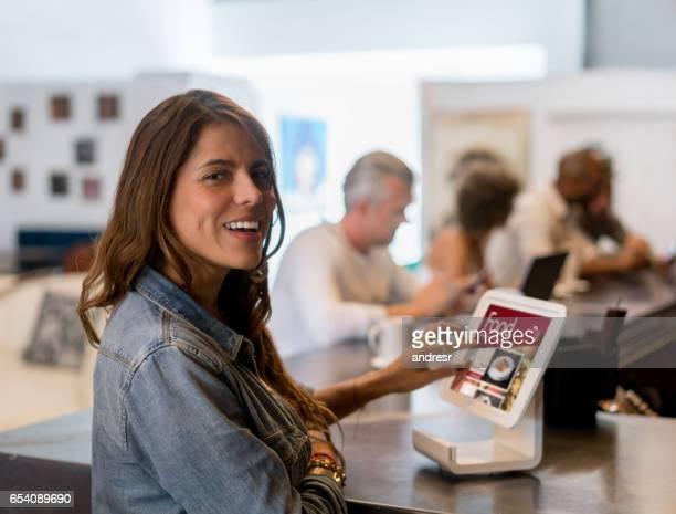 タブレット上のメニューを見てレストランで女性